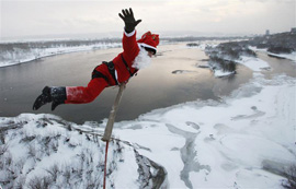 Babbo Natale fa bunjee jumping